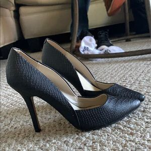 Black snakeskin pumps